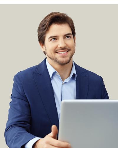 Uomo Sorridente con computer